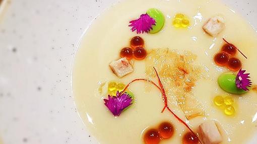 Parmentier de galera con caviar, anguila ahumada y flores