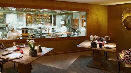 Salón con vistas a cocina del restaurante Santceloni