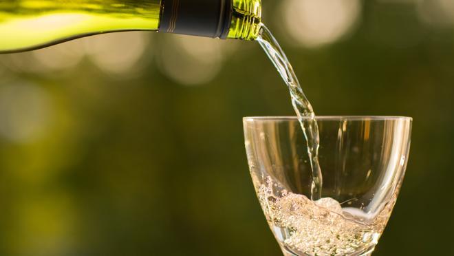 En los blancos, si distinguimos tonos pajizos o verdosos estamos ante un vino joven
