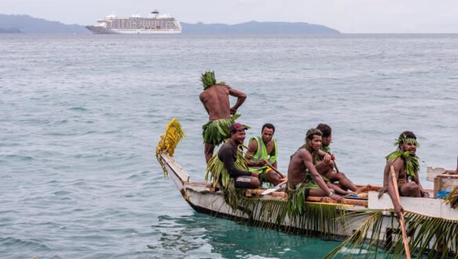El barco parte tras un encuentro con una tribu nativa de Papúa Nueva Guinea