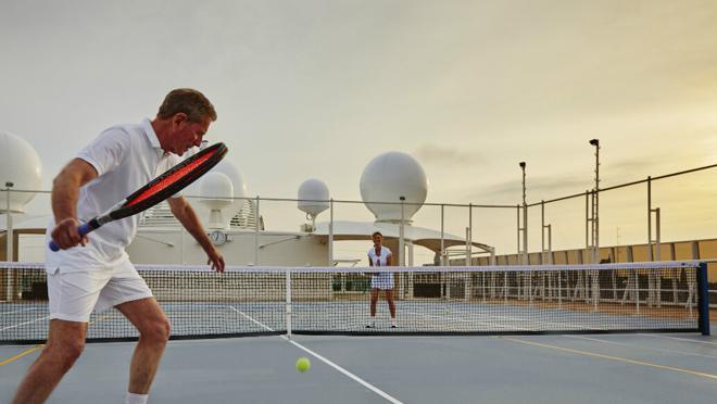Dos inquilinos juegan una partida de tenis