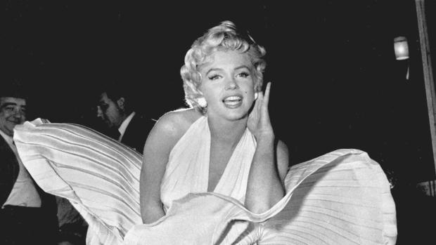 Marilyn Monroe posa con el vestido durante el rodaje de «La tentación vive arriba»