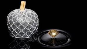 La campana que envuelve al bombón está hecha con 2.500 cristales de Swarovski
