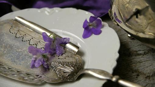 La Violeta es una antigua bombonería de Madrid que vende especialidades a base de la delicada flor morada.