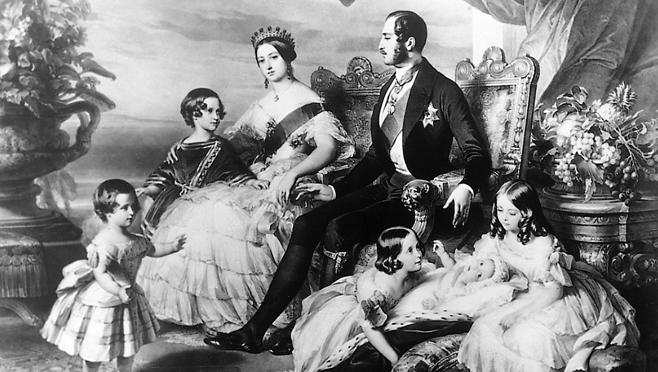 La reina Victoria -y su tiara-, el príncipe Alberto y algunos de sus hijos