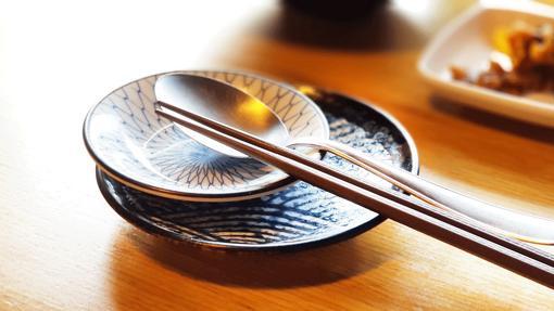 No hay que partir la pieza de sushi o separar el pescado del arroz