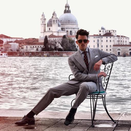El bloguero con traje de chaqueta en color gris