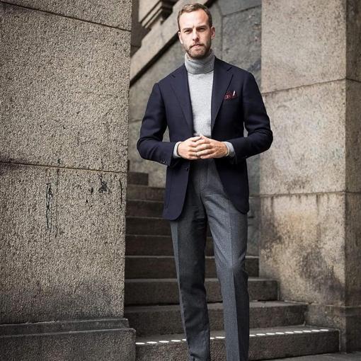 Andrea Weinas con look casual en tonos grises y americana azul