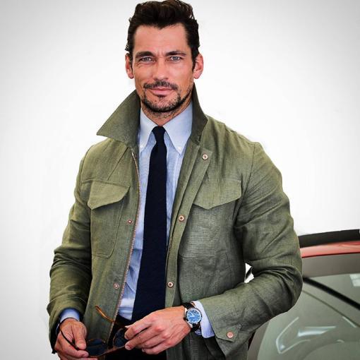 El modelo con un look con chaqueta sahariana
