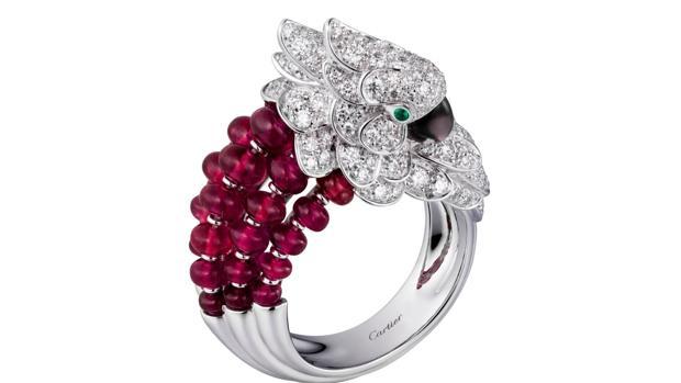 Sortija Les Oiseaux Libérés en oro blanco, nácar gris, esmeraldas, diamantes y rubíes (82.500 euros)