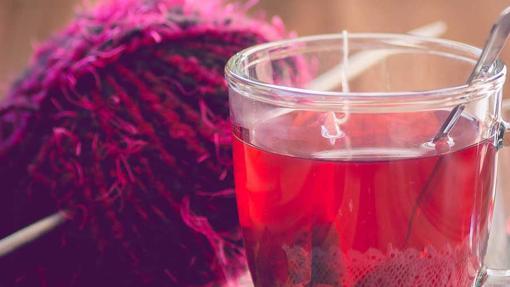 La infusión de flor de hibisco rojo o Jamaica es relajante y digestiva