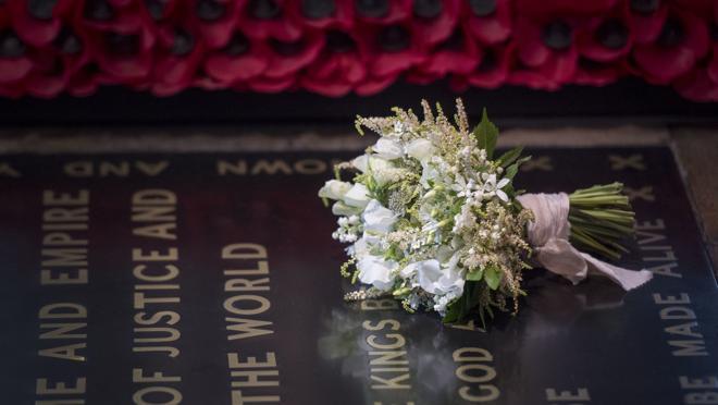 El ramo de Meghan Markle, sobre la tumba del guerrero desconocido
