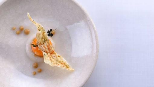 Tartare de calamar con yema de huevo líquida, consomé de cebolla y un aceite hecho con las hojas de lima kaffir, un plato del restaurante Lasarte