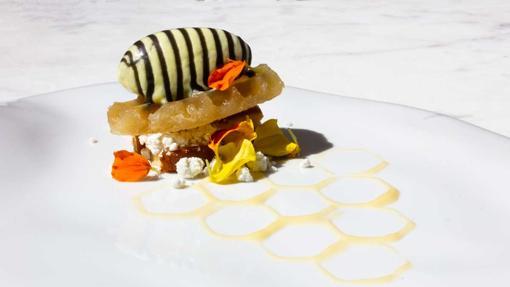 Panal, bizcocho de miel con cremoso de yuzu, un postre de Dos Cielos Madrid