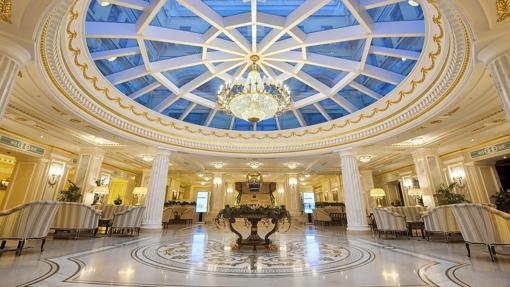 Recibidor del hotel de lujo en el que se ha convertido el Palacio de Invierno