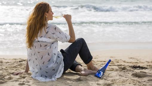 La diseñadora Ana Locking junto a la botella de Mar de Frades edición limitada