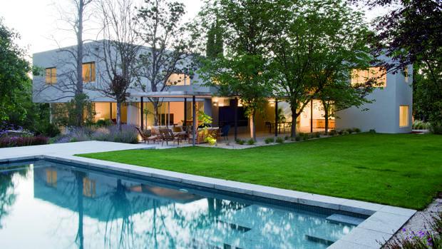 Exterior y jardín con piscina de Casa L en Pozuelo y salón de Proyecto Ch en la Moraleja, ambos trabajos de Ábaton-Blanca Alonso.