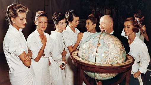 Christian Dior rodeado de modelos en una de las imágenes de la exposición