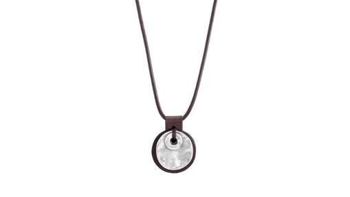 2b4477643235 Colgante Qué me cuentas de cuero con un medallón ovalado en plata (59 €)