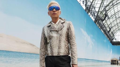 Bryan Gray Yambao con chaqueta animal print
