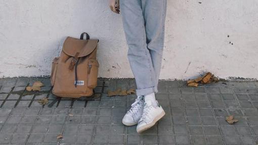 Joan Pala, influencer español, con sneakers de color blanco