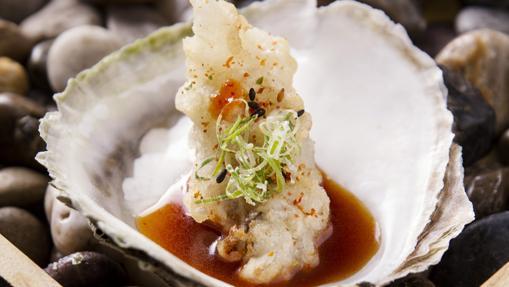 Tempura de ostra con ponzu, kimuchi, shichimi y cebolleta del restaurante Ikigai
