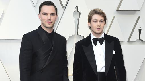 Nicholas Hoult y Joe Alwyn en la alfombra de los Premios Oscar