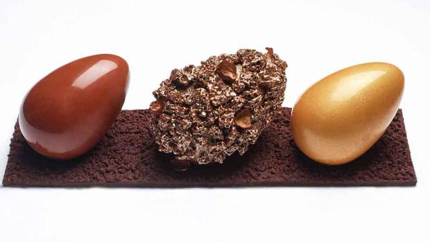 Declinación de tres huevos de chocolate de Le Boudoir del Hotel Crillon, en París