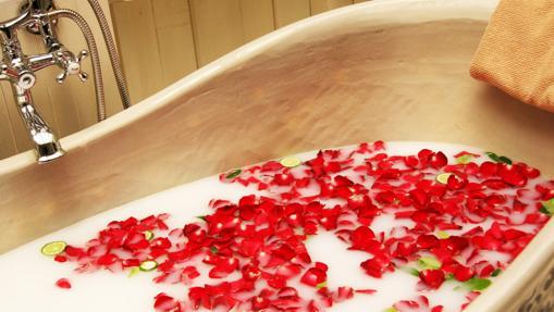 Bañera con sales y flores