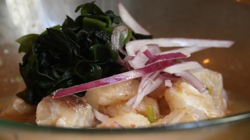 El ceviche se prepara con lima, cebolla, cilantro y ají