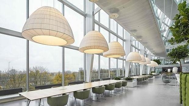 La iluminación mejora la eficiencia energética y el rendimiento de los empleados en las oficinas