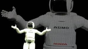 El robot Asimo saluda en la feria del automóvil de Tokio