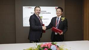 Miguel Rego, Director de INCIBE, by Tony Jin Yong, consejero delegado de Huawei en España, tras la firma del acuerdo