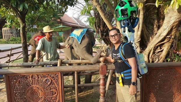 El triatleta en un momento de su recorrido por Tailandia con el Trekker a cuestas