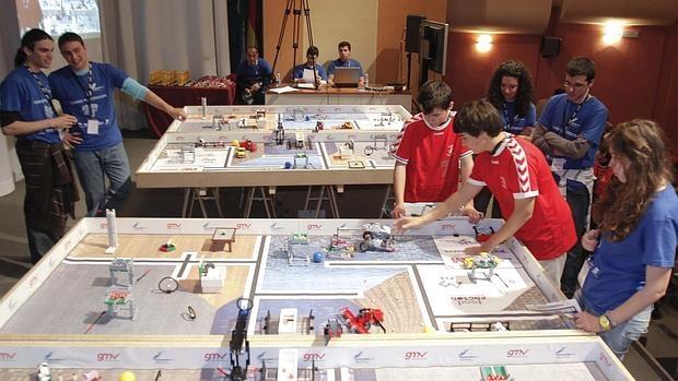 Varios jóvenes disputan una de las pruebas del First Lego League
