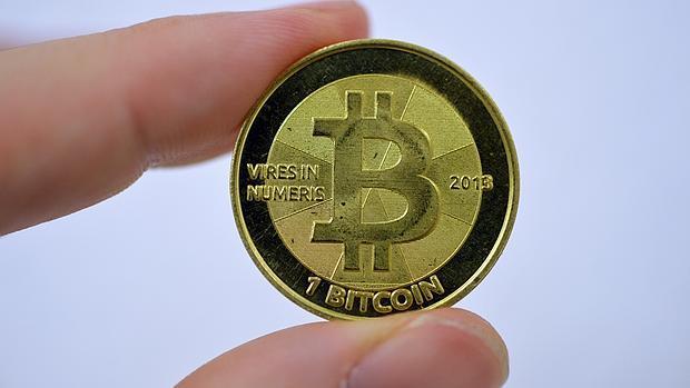 Simulación del bitcoin, una moneda virtual que se cambia a 454 dólares aproximadamente