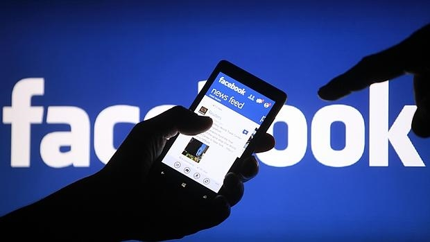 Facebook, acusada de manipular comentarios