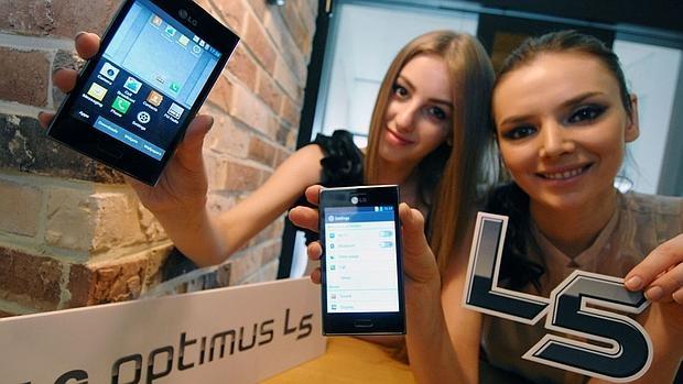 Detectan dos «bugs» en «smartphones» que permiten a los «hackers» controlarlos de forma remota