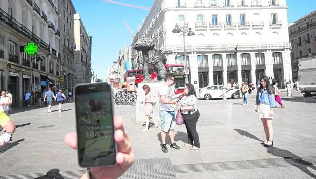 Un usuario juega a Pokemon Go en Madrid