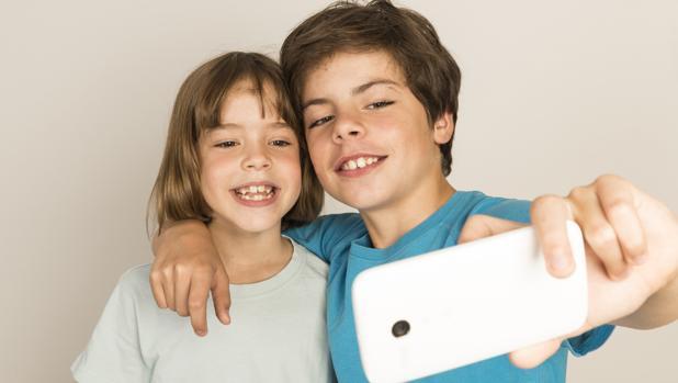 Adictos a las redes sociales y muy vulnerables: así son los niños españoles en internet