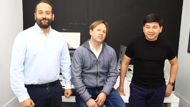 De izquierda a derecha, Adrián Martínez, Ryan Stanley y Erlan Seisem, fundadores de Bloombees