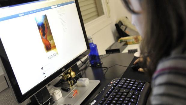 Una joven navega por la red mostrando la facilidad con la que se comete «ciberbullying»