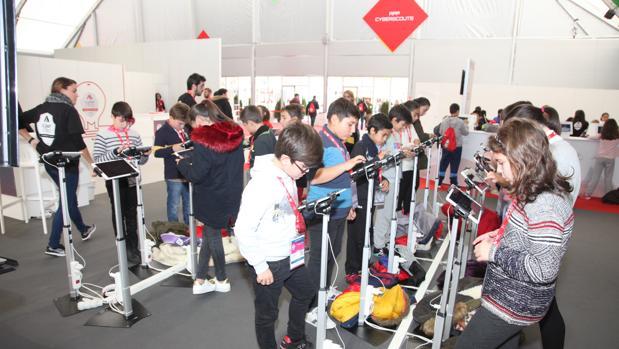Un grupo de menores participa en los talleres de ciberseguridad en Cybercamp 2016, organizado por INCIBE