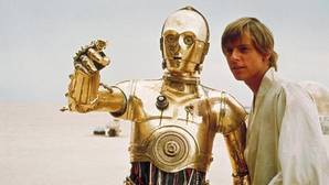 El androide C3PO conversa con Luke Skywalker en un fotograma de Star Wars