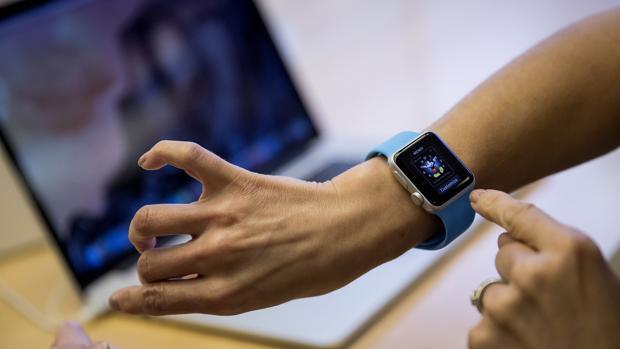 ¿Transmitir información a través de un apretón de manos? Una patente para Apple Watch lo describe