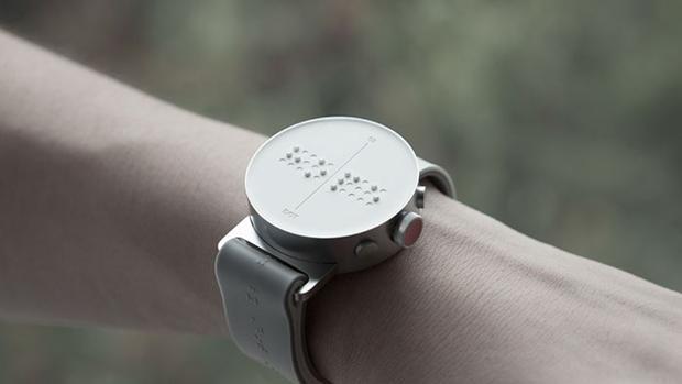 Crean el primer reloj inteligente basado en braille que ayudará a los ciegos