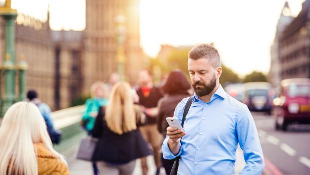 Cuanto más conectados a Facebook o Twitter, más aislados
