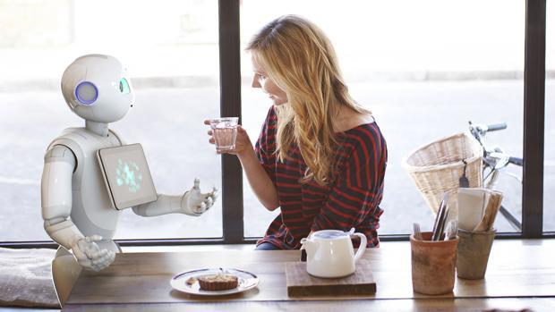 Una mujer conversando con un robot