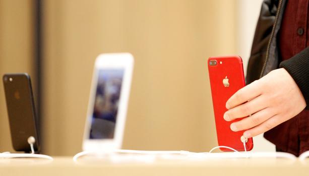 Una persona prueba un terminal iPhone