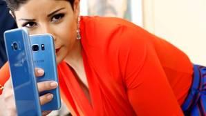 Una mujer hace una foto al Samsung Galaxy S8+